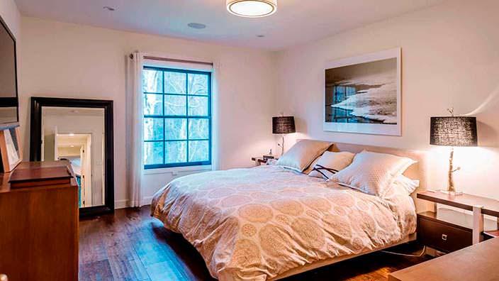 Гостевая спальня с большим зеркалом