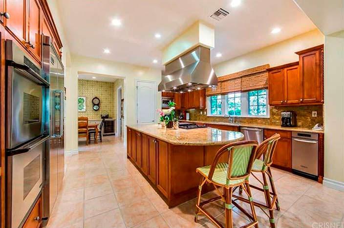 Кухня в доме с островом