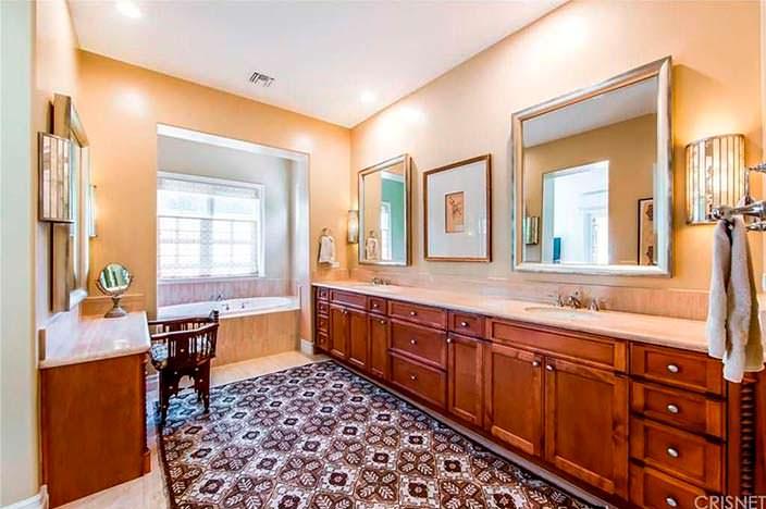 Две раковины в ванной комнате