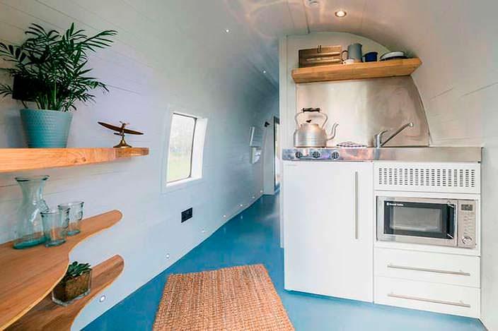 Мини-кухня в салоне вертолета от Helicopter Glamping