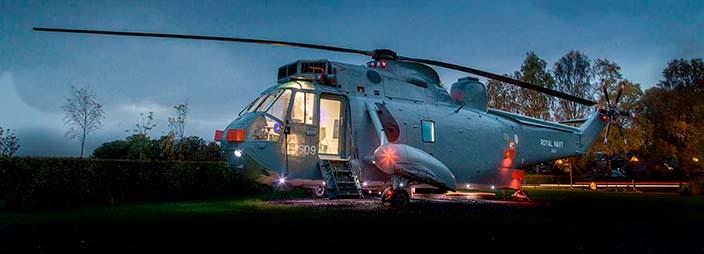 Элитный отель в салоне вертолета от Helicopter Glamping