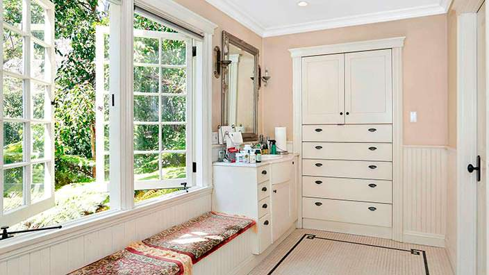 Дизайн гардеробной в старом доме