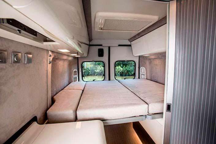 Двуспальная кровать в салоне кемпера Fiat Ducato