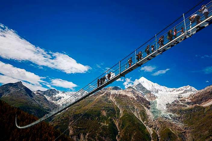 Самый длинный пешеходный подвесной мост. Длина 494 метра