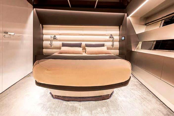 Каюта с двуспальной кроватью на борту катера Sherpa