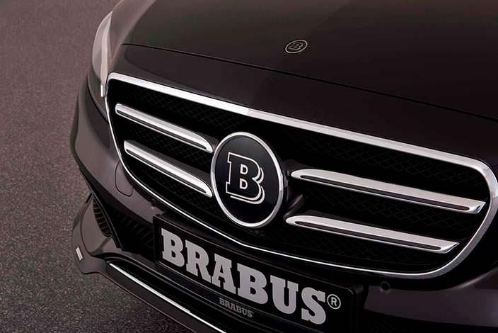 Логотип Brabus на радиаторной решетке Mercedes E-Class