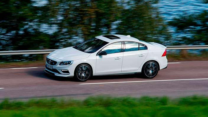 Белый седан Volvo S60. Тюнинг Polestar