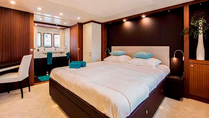 Каюта с двуспальной кроватью на борту яхты Dutch Falcon