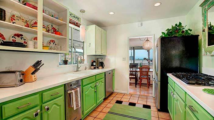 Кухня традиционном стиле в доме Мисси Пайл в Лос-Анджелесе