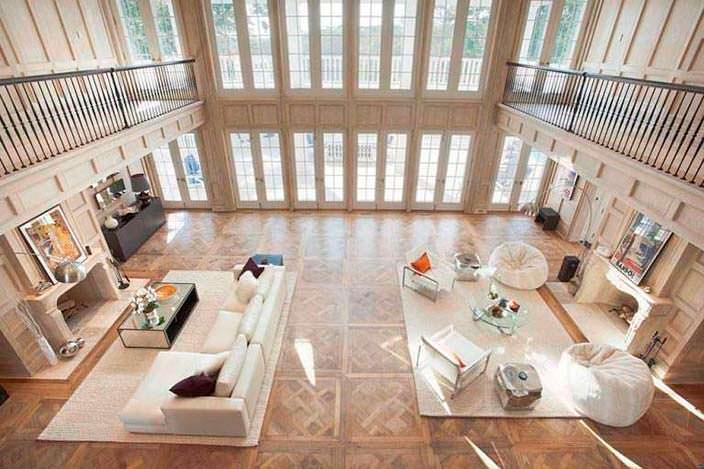 Интерьер огромного зала в доме