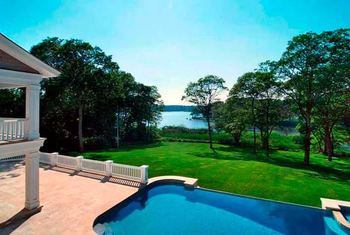 Бассейн на террасе дома с видом на озеро