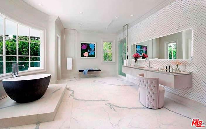 Шикарная мраморная ванная комната