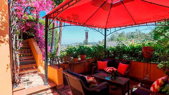 Терраса на холме у дома в испанском стиле в Лос Фелис