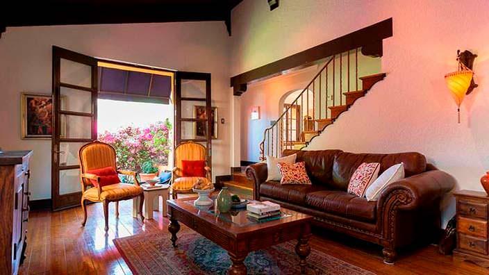 Гостиная с камином в испанском стиле
