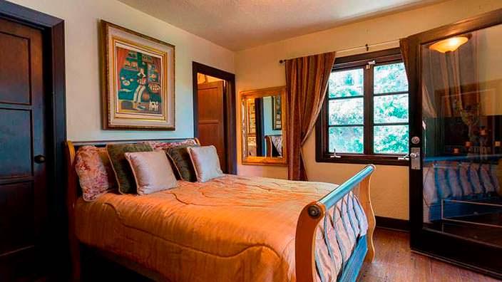 Спальня в испанском стиле в доме на холмах Лос-Анджелеса