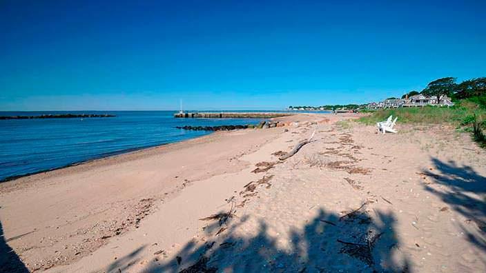 Частный пляж на берегу пролива Лонг-Айленд