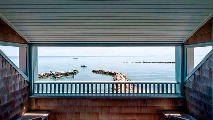 Вид на частную пристань из дома