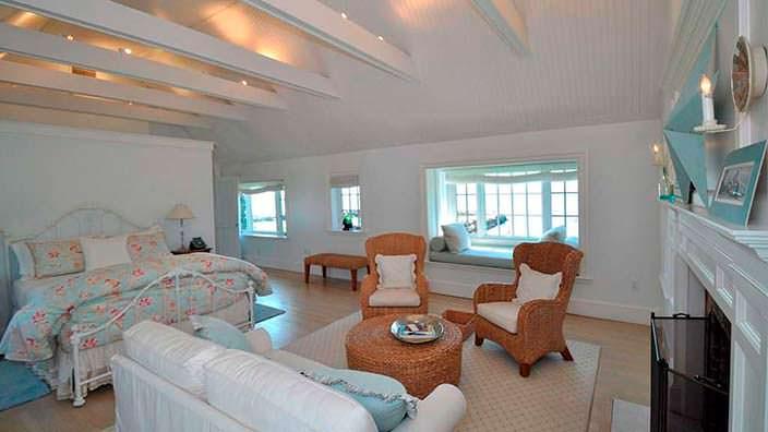 Спальня с камином и потолочными балками