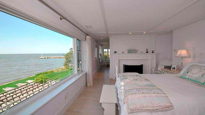 Спальня с видом на пролив Лонг-Айленд в доме Кэтрин Хепбёрн