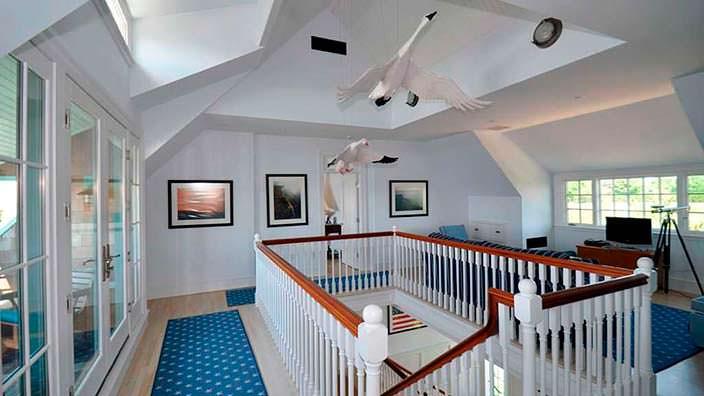 Лебеди в интерьере дома в колониальном стиле