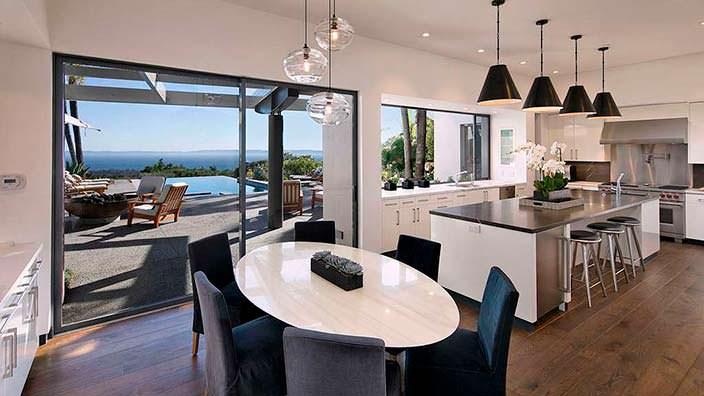 Кухня-столовая с выходом на панорамную террасу с бассейном