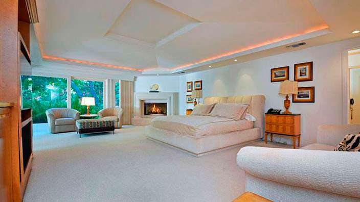 Дизайн спальни с камином в доме Джеки Коллинз