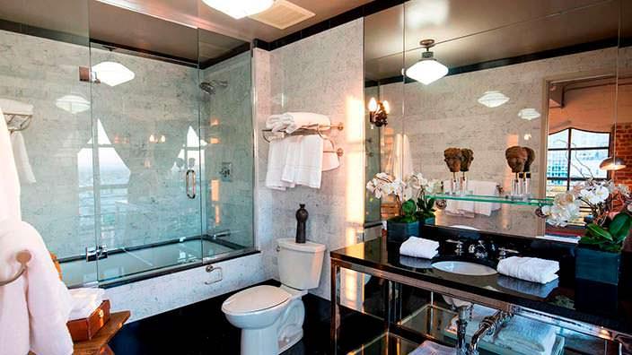 Современный дизайн ванной с душевой кабинкой