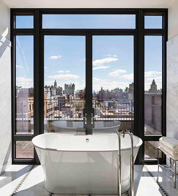 Панорамные окна в ванной комнате с видом на Манхэттен