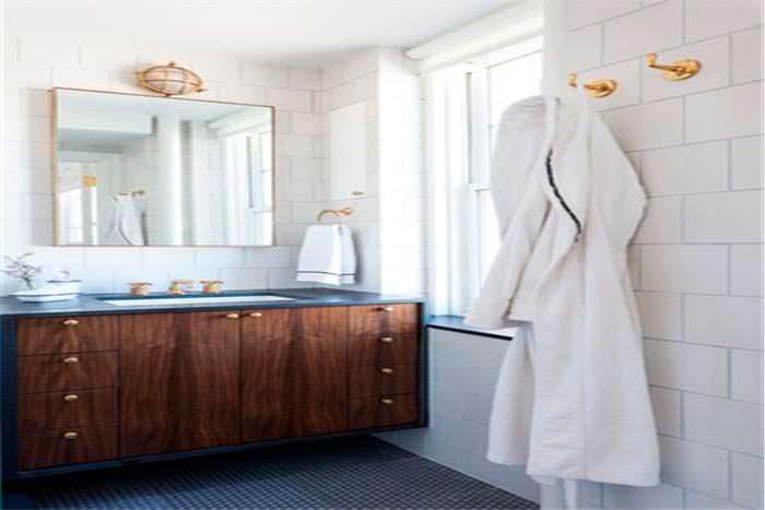 Интерьер ванной комнаты с большим зеркалом