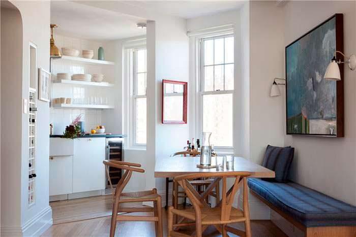 Обеденная зона на кухне в квартире актера Сета Майерса
