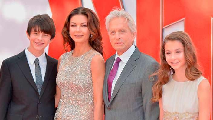 Майкл Дуглас с женой и детьми