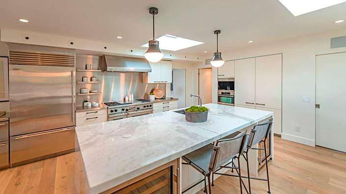 Мраморная столешница острова на кухне в современном доме