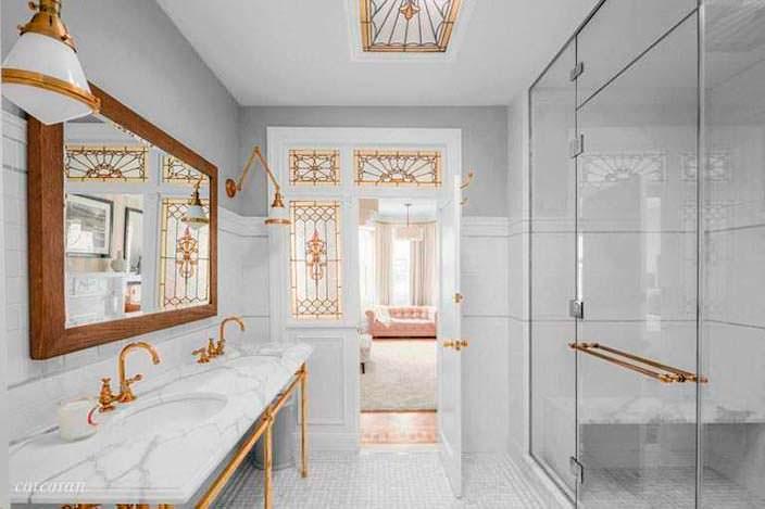 Мрамор и позолота в дизайне ванной комнаты