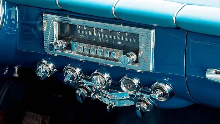 Ретро-радио в салоне Chrysler Ghia Special Coupe 1953 года