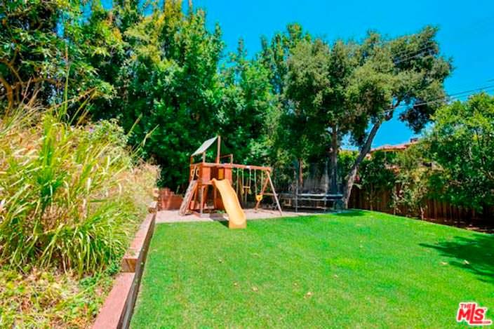 Детская игровая площадка на заднем дворе дома