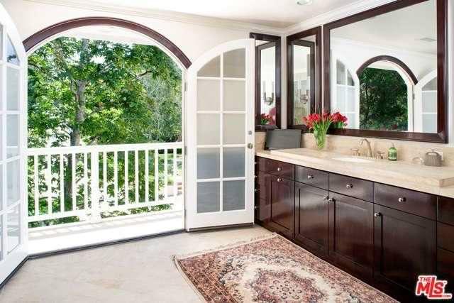 Ванная комната с балконом
