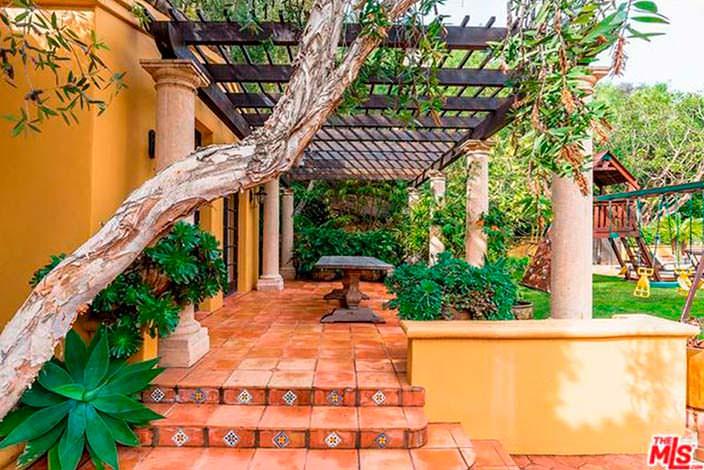 Крыльцо под навесом дома в испанском стиле