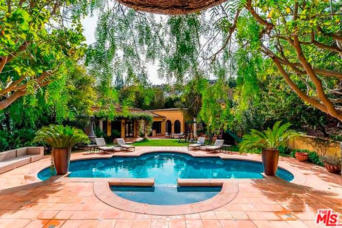 Дом в испанском стиле с бассейном