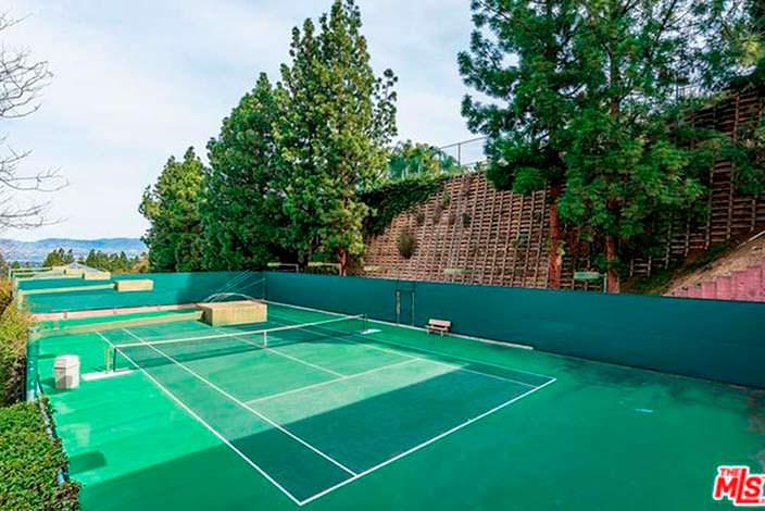 Теннисный корт на участке