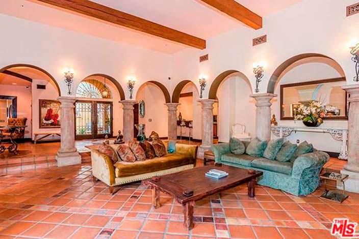 Гостиная в испанском стиле с камином