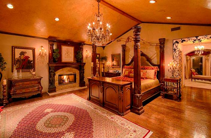 Спальня в королевском стиле с камином