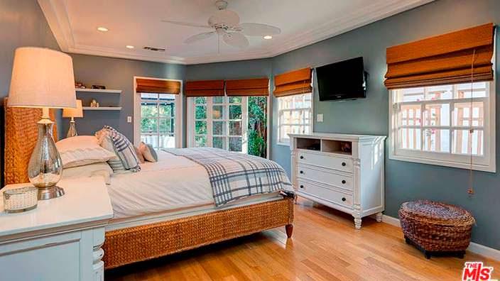 Дизайн спальни с выходом на задний двор