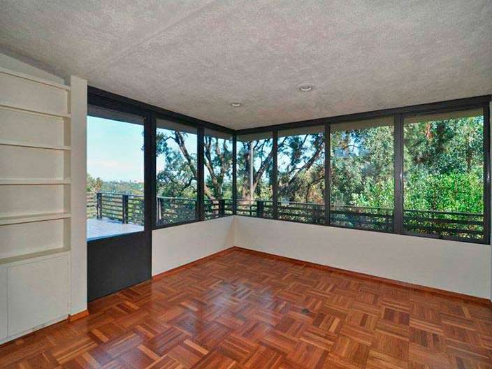 Дизайн комнаты с панорамными окнами