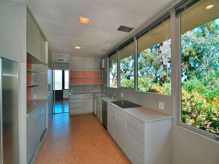 Узкая кухня с большими окнами