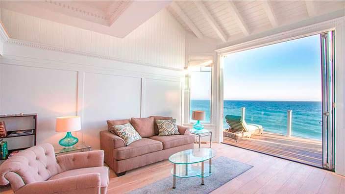 Гостиная в доме на берегу океана в Малибу