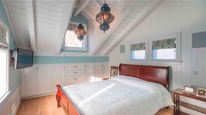 Дизайн спальни в доме в стиле Кейп-Код