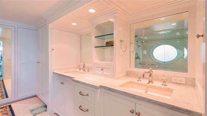 Белая ванная с гранитной столешницей