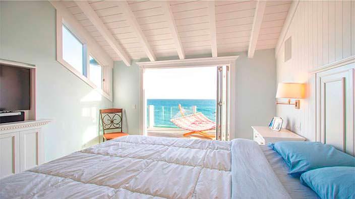 Спальня в доме с видом на океан в Малибу