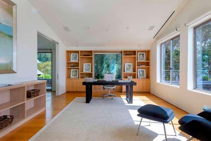 Кабинет с рабочим столом в доме актрисы Эллен Дедженерес
