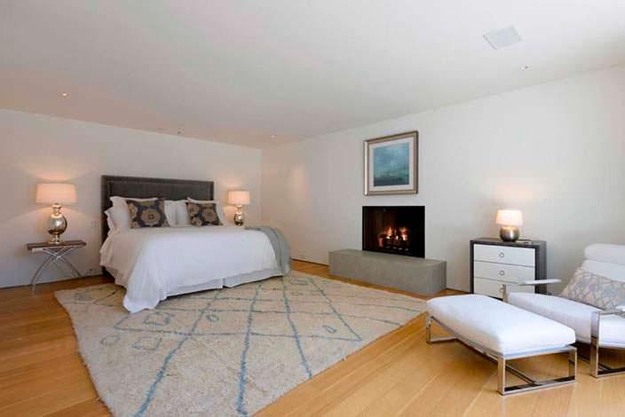 Гостевая спальня с камином